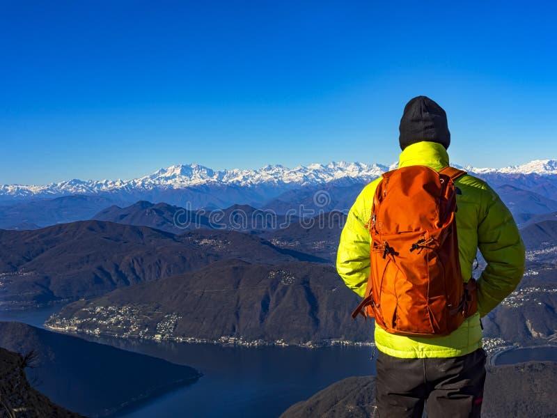 Backpacker in de alpen royalty-vrije stock foto's