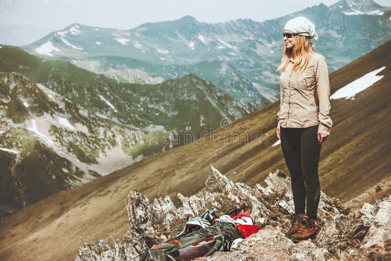 Backpacker de la mujer en las montañas imagen de archivo libre de regalías