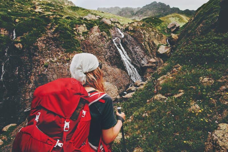 Backpacker de la mujer que camina disfrutando de la opinión de la cascada fotos de archivo libres de regalías