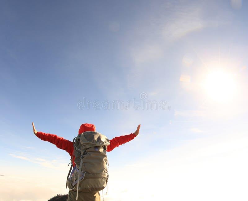 Download Backpacker De La Mujer Que Camina En El Pico De Montaña Hermoso Imagen de archivo - Imagen de hembra, piedra: 64210911