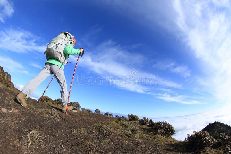 Download Backpacker De La Mujer Que Camina En El Pico De Montaña Hermoso Imagen de archivo - Imagen de azul, asiático: 64212077