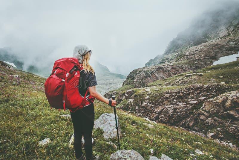 Backpacker de la mujer que camina en montañas de niebla fotos de archivo libres de regalías