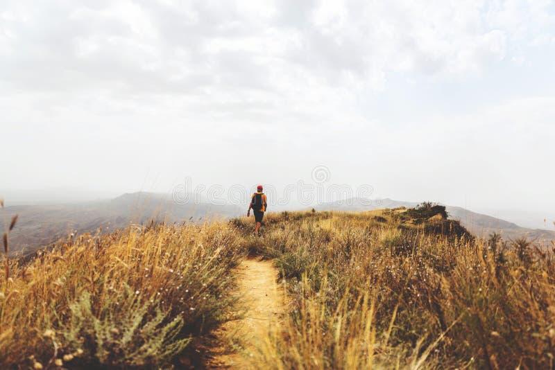 Backpacker del hombre que camina en de las montañas el paisaje activo al aire libre amarillo de Georgia de las vacaciones de la a imágenes de archivo libres de regalías