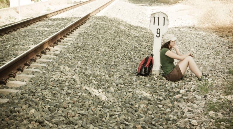 Backpacker die een rem in de schaduw neemt royalty-vrije stock afbeelding