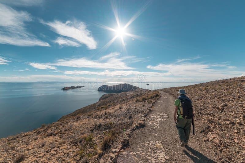 Backpacker die majestueus Inca Trails op Eiland van de Zon, Titicaca-Meer, onder de meest toneelreisbestemming onderzoeken in Bol stock fotografie