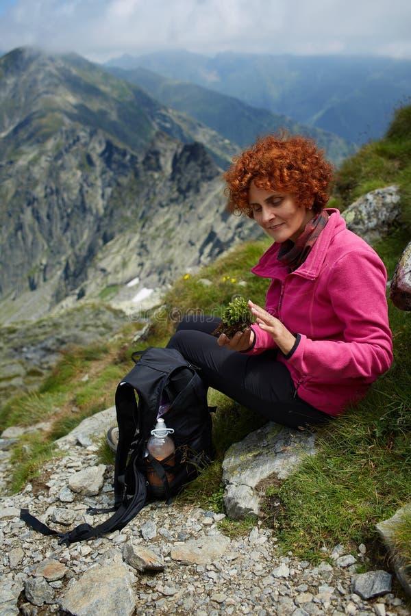 Backpacker die op bergsleep rusten royalty-vrije stock foto