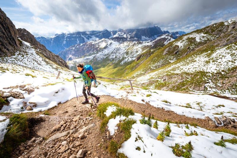 Backpacker donna turista viaggiatrice sola sulle montagne pedonali Sud Tirolo, Italia fotografie stock libere da diritti