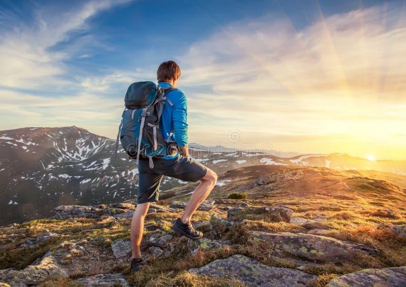 Backpacker encima de un mountaine fotos de archivo