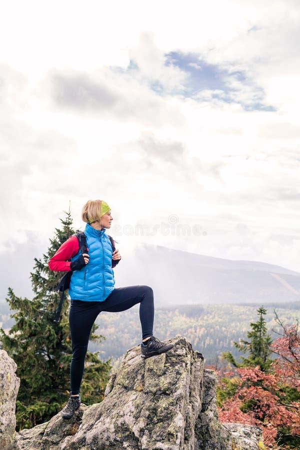 Backpacker femenino en las montañas de Izerskie, Polonia foto de archivo