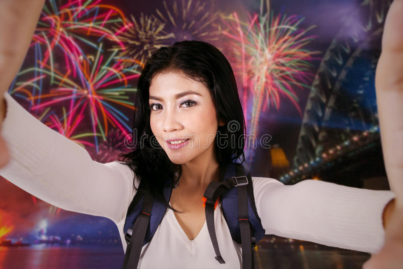 Backpacker femenino que toma el selfie en partido de los fuegos artificiales foto de archivo
