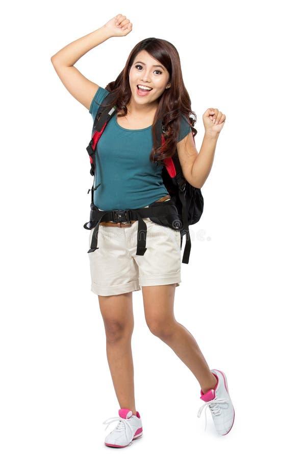 Backpacker femenino que va el vacaciones con la mochila imagen de archivo libre de regalías
