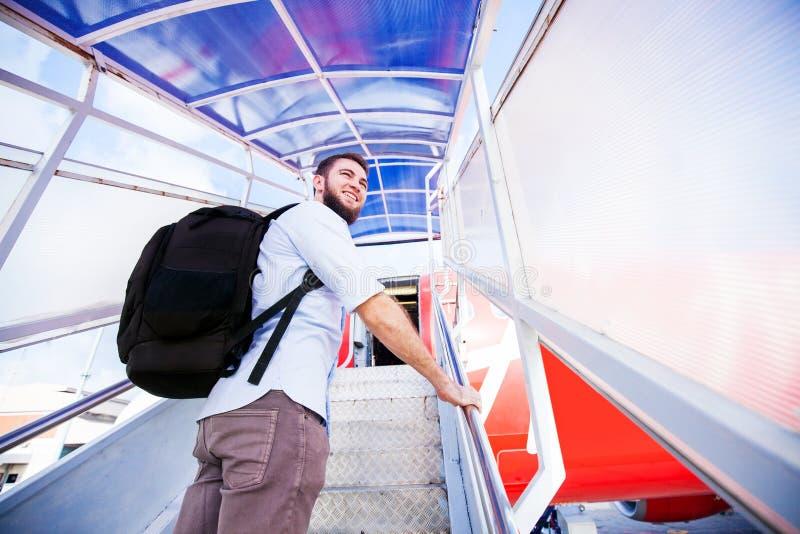 backpacker inschepend het vliegtuig stock foto's