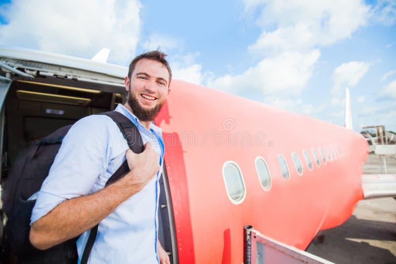 backpacker inschepend het vliegtuig stock fotografie