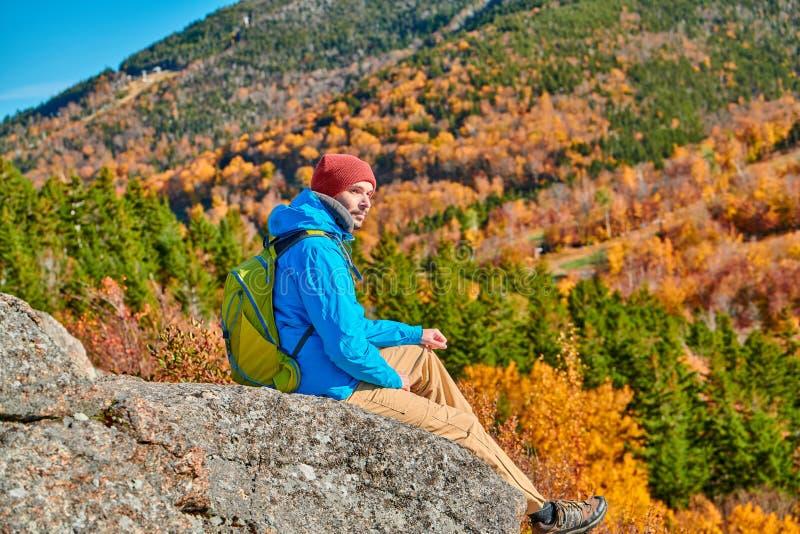 Backpacker mężczyzna przy artysty blefem w jesieni zdjęcia stock