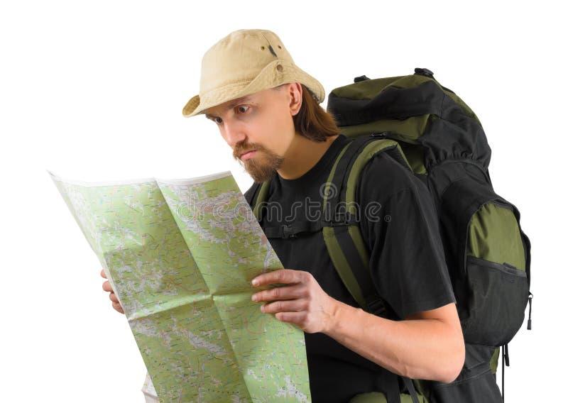 Backpacker patrzeje w mapę zdjęcia stock