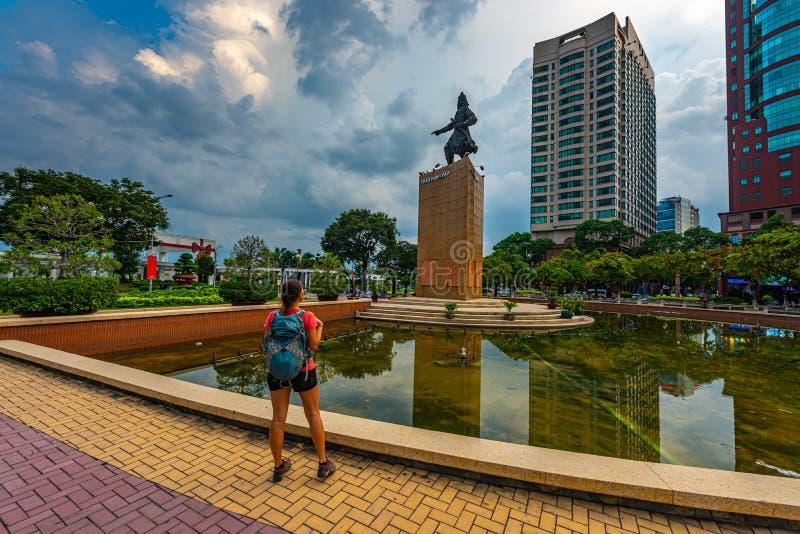 Backpacker patrzy na pomnik przywódcy wojskowego Tran Hung Dao w Saigon, Wietnam obrazy royalty free