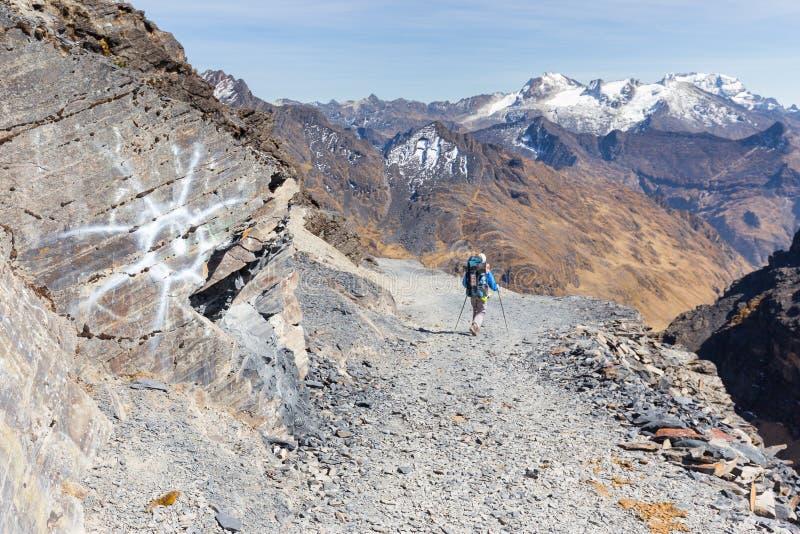Backpacker que camina el rastro de montaña de la gente, turismo de Bolivia foto de archivo