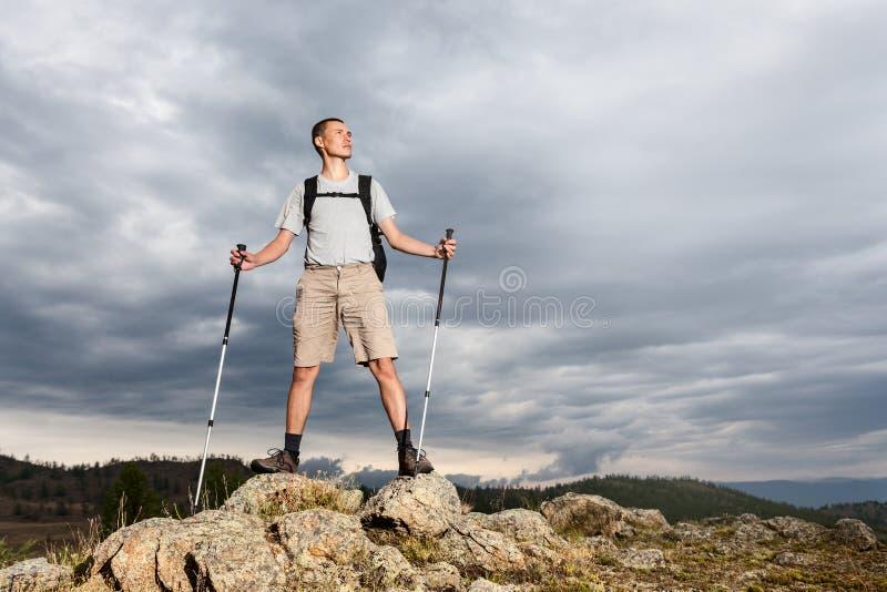 Backpacker que mira el cielo fotografía de archivo