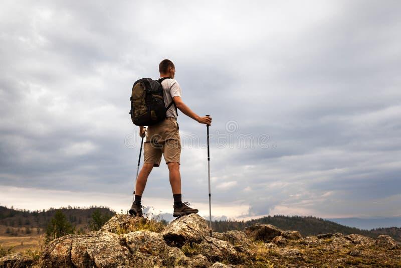 Backpacker que mira el cielo fotos de archivo