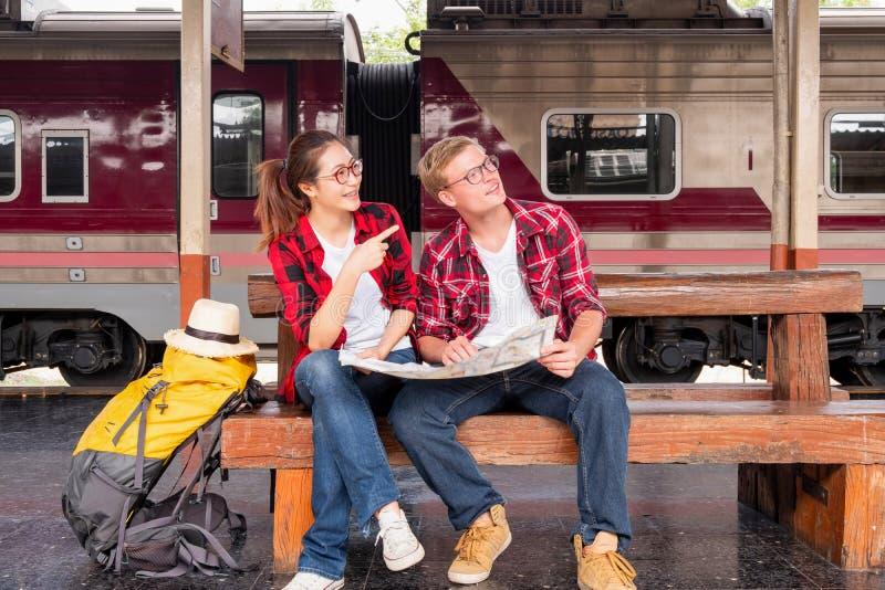Backpacker que viaja joven de vacaciones en la estaci?n de tren, concepto del viaje imagen de archivo