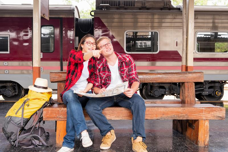 Backpacker que viaja joven de vacaciones en la estaci?n de tren, concepto del viaje imagenes de archivo