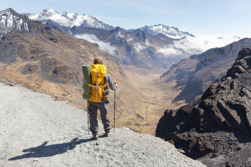 Backpacker status die de randsleep van de toeristenberg, Bolivië wandelen royalty-vrije stock afbeeldingen