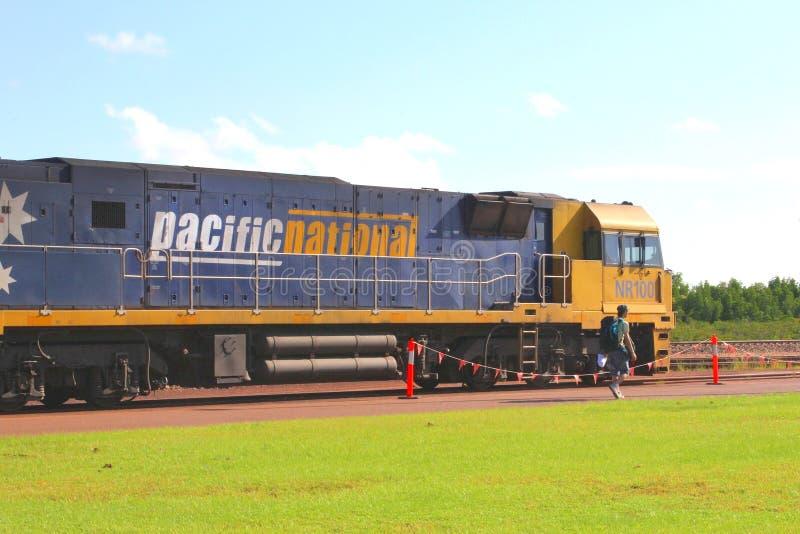 Backpacker zal met de trein bij het station van Darwin vertrekken stock foto