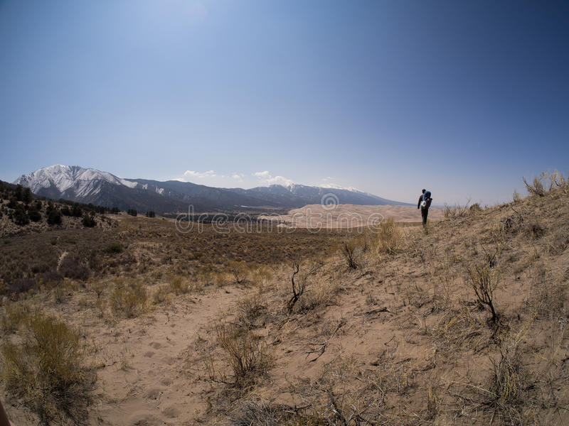Backpackergangen langs Sandy Path bij Grote Zandduinen Nationaal P stock fotografie