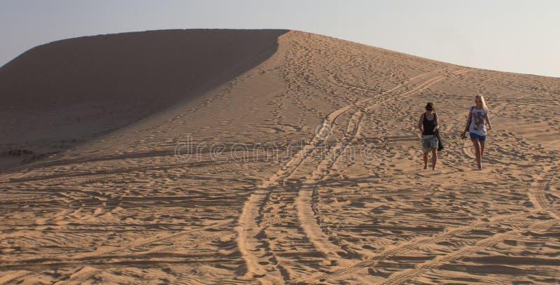 Backpackers идут Ne Вьетнам Mui песчанных дюн стоковое изображение rf