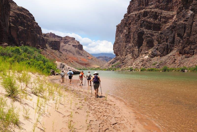 Backpackers отдыхая Колорадо в гранд-каньоне стоковое изображение