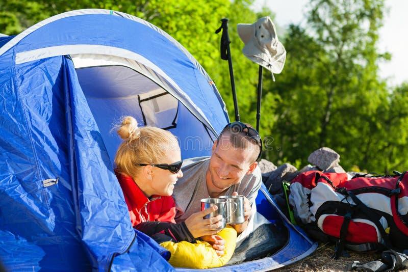 Backpackers de los pares que acampan en tienda imagen de archivo libre de regalías