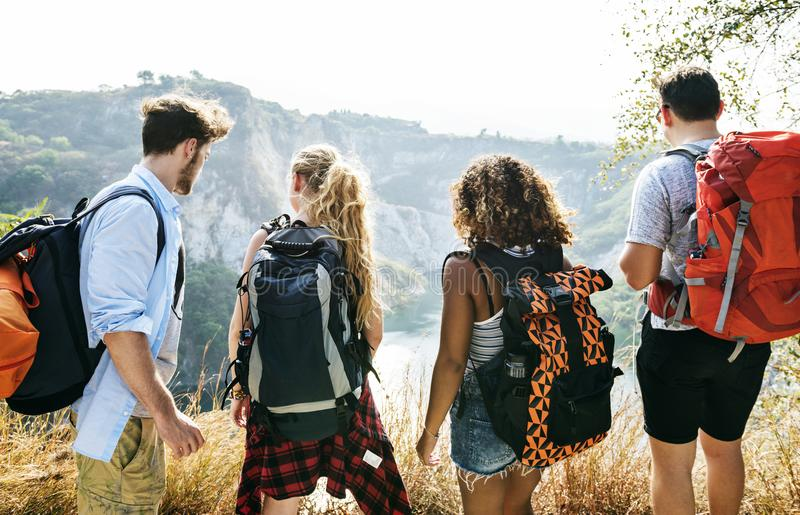 Backpackers en una aventura junto en verano fotos de archivo