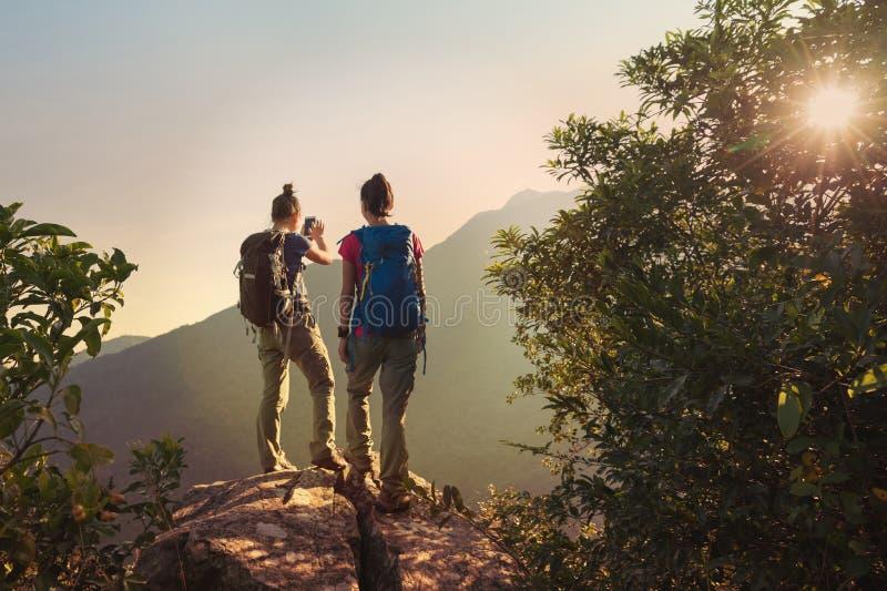 Backpackers geniet van de mening over klippen` s rand stock fotografie