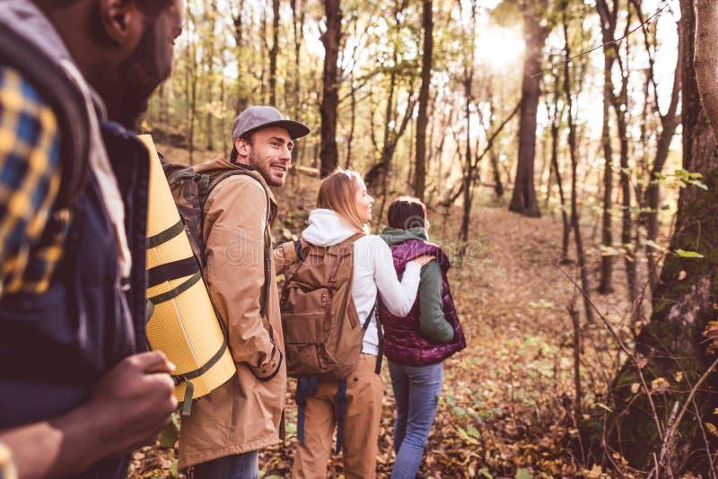 Backpackers jovenes en bosque del otoño foto de archivo libre de regalías