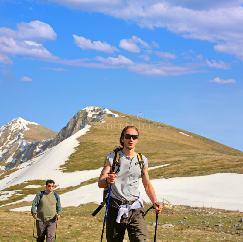 Backpackers op een berg royalty-vrije stock afbeelding