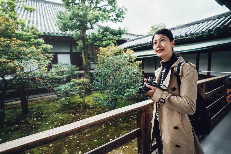 Backpackers que toman la foto en jardín japonés imagenes de archivo