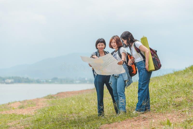 Backpackers turísticos de los pares asiáticos felices que buscan la dirección mientras que viaja alrededor de acampar fotos de archivo libres de regalías