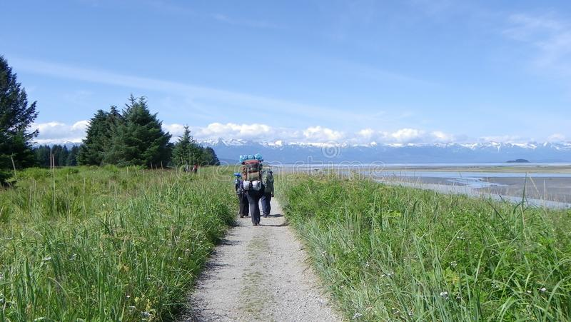 Backpacking βουνά 6 λιβαδιών πεζοπορώ ομάδας στοκ εικόνες με δικαίωμα ελεύθερης χρήσης