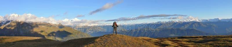 Backpacking in de bergen royalty-vrije stock foto