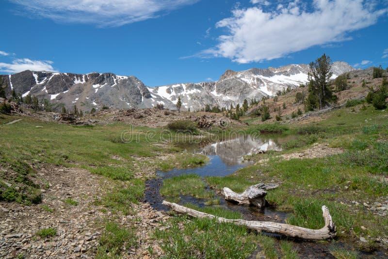 Backpacking e região selvagem da bacia de 20 lagos que caminham a serra oriental Nevada Mountains de Califórnia no verão Região s imagens de stock