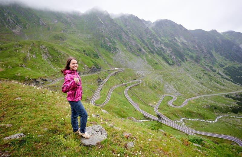 Backpacking no cenário da estrada de Romênia Transfagarasan imagem de stock royalty free
