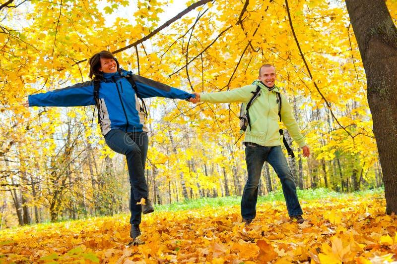 backpacks соединяют счастливых детенышей парка стоковое изображение rf