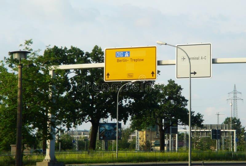 backround авиапорта застегивает знаки белым стоковая фотография