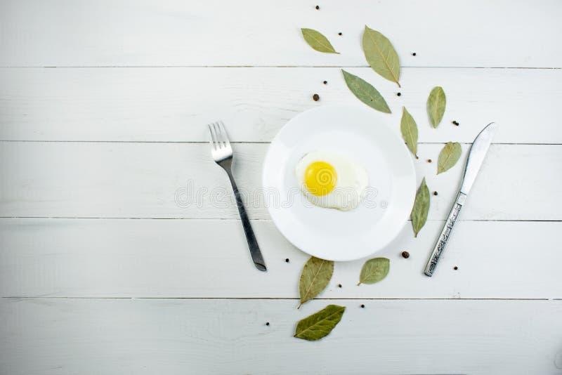Backround do alimento, composição das folhas do louro e cutelaria em um fundo de madeira branco com espaço livre Vista superior,  fotografia de stock royalty free