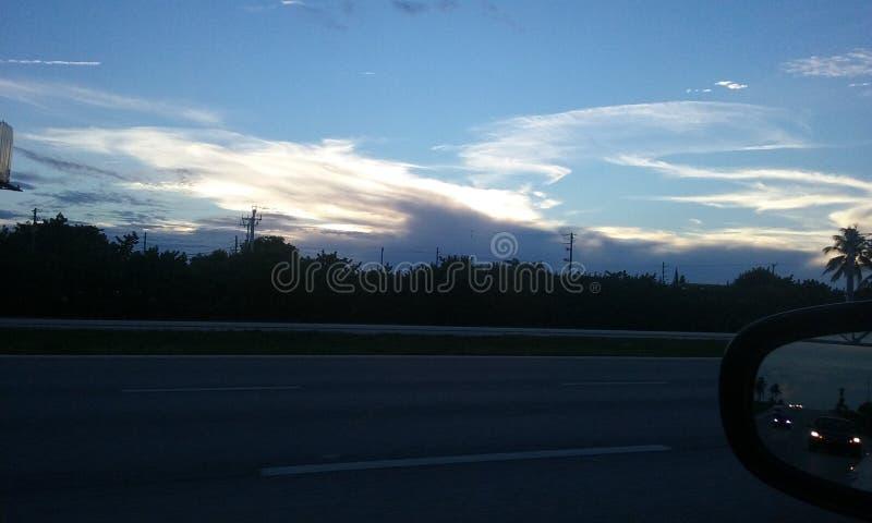Backspegel för Roadtrip solnedgångfönster arkivfoto