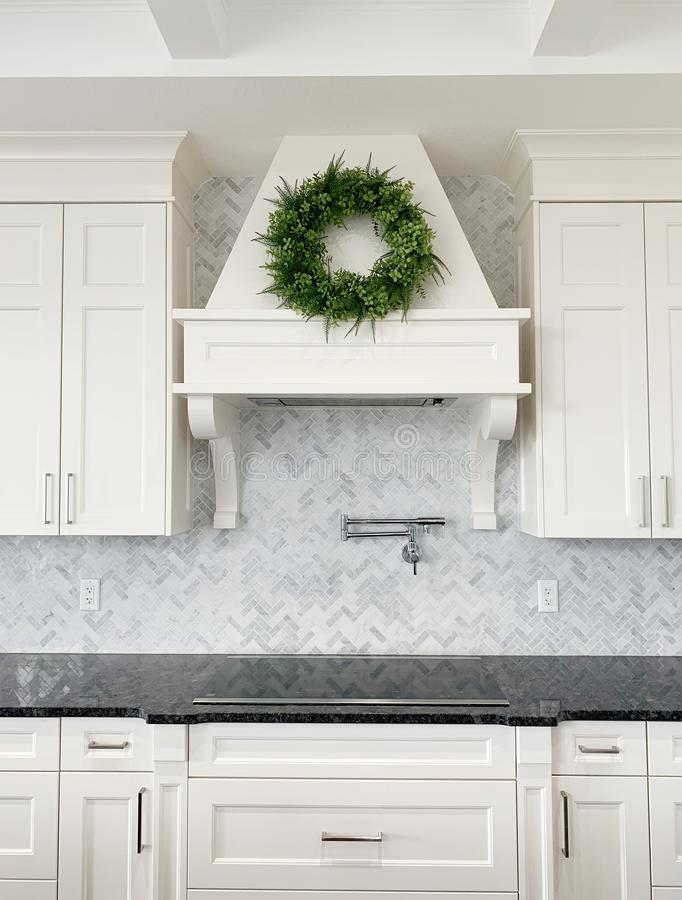 Backsplash en ar?te de poisson de marbre blanc de luxe de cuisine photo stock