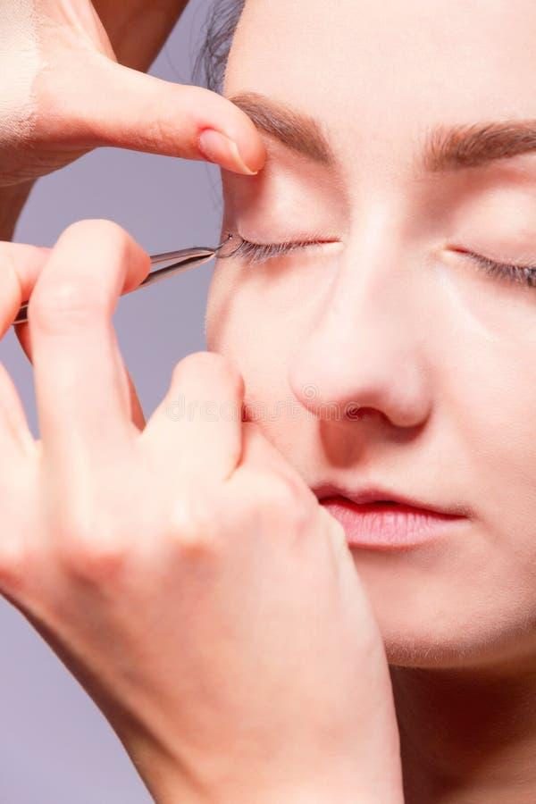 backstabbing Makeupprocess med makeuphjälpmedel royaltyfria foton