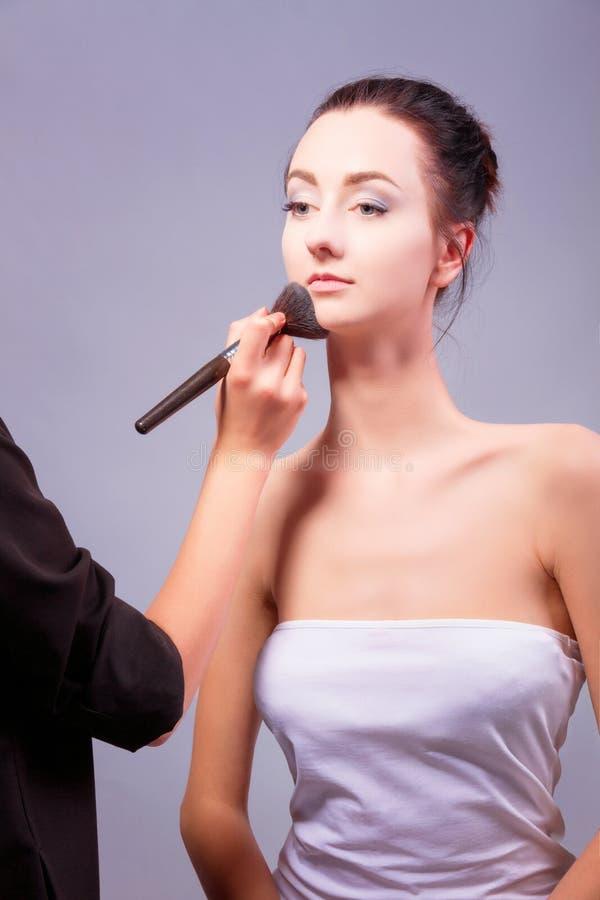 backstabbing Makeupprocess med makeuphjälpmedel royaltyfri foto