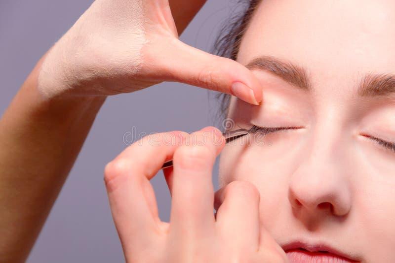 backstabbing Makeupprocess med makeuphjälpmedel royaltyfri fotografi