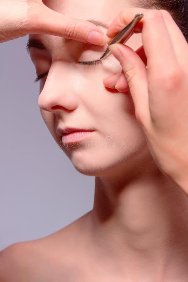 backstabbing Makeupprocess med makeuphjälpmedel royaltyfri bild